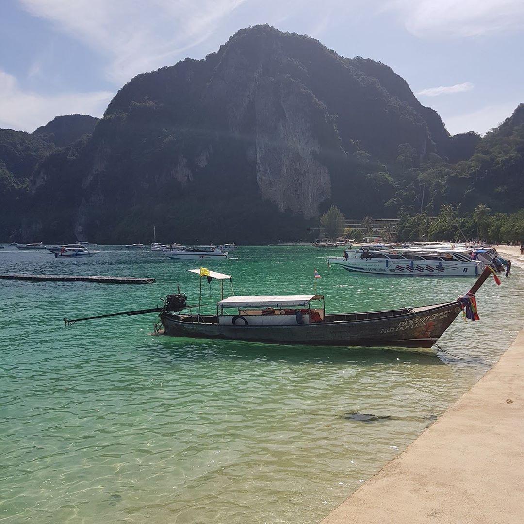 Phi phi Islands- Tailandia ...   Phi phi Islands- Tailandia  A veces hay momentos que te dejan sin aliento Asia   :) #phiphiisland #tailandia #thailand #vacaciones #playa #womentravel #travelonve #mochileros#bogota #travelpics #viajes #frasesdeamor #dicenporahi #pensamientos #travels #amor #love #travelpics #blogdeviajes #destinomochilero #tlpicks #sinfiltro #mihuellaxelmundo