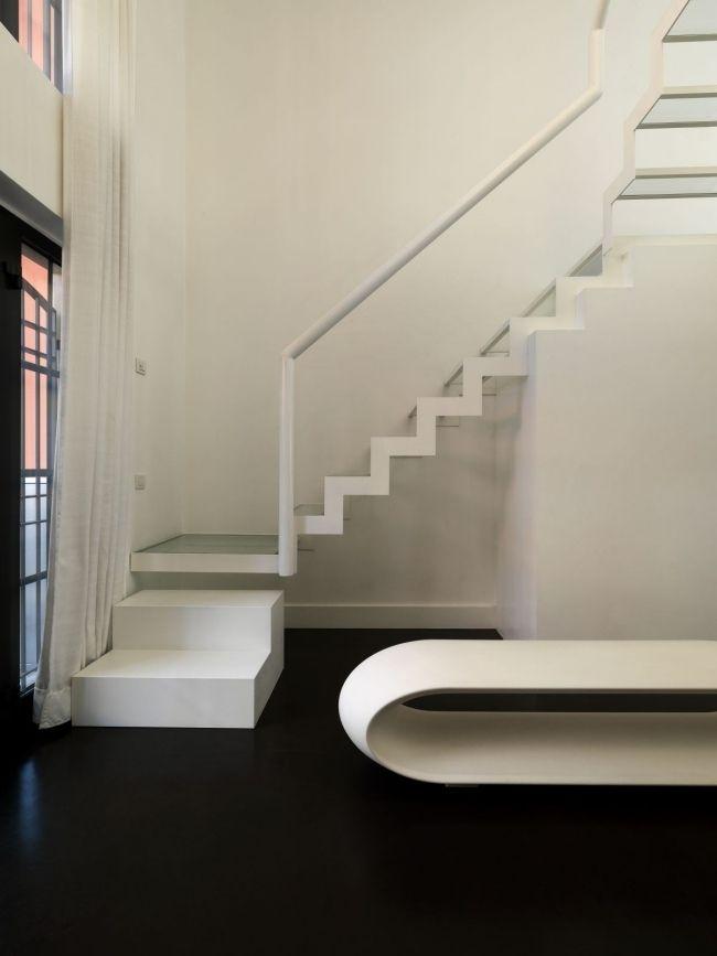 Moderne treppe minimalistisches design weiß transparente stufen ...
