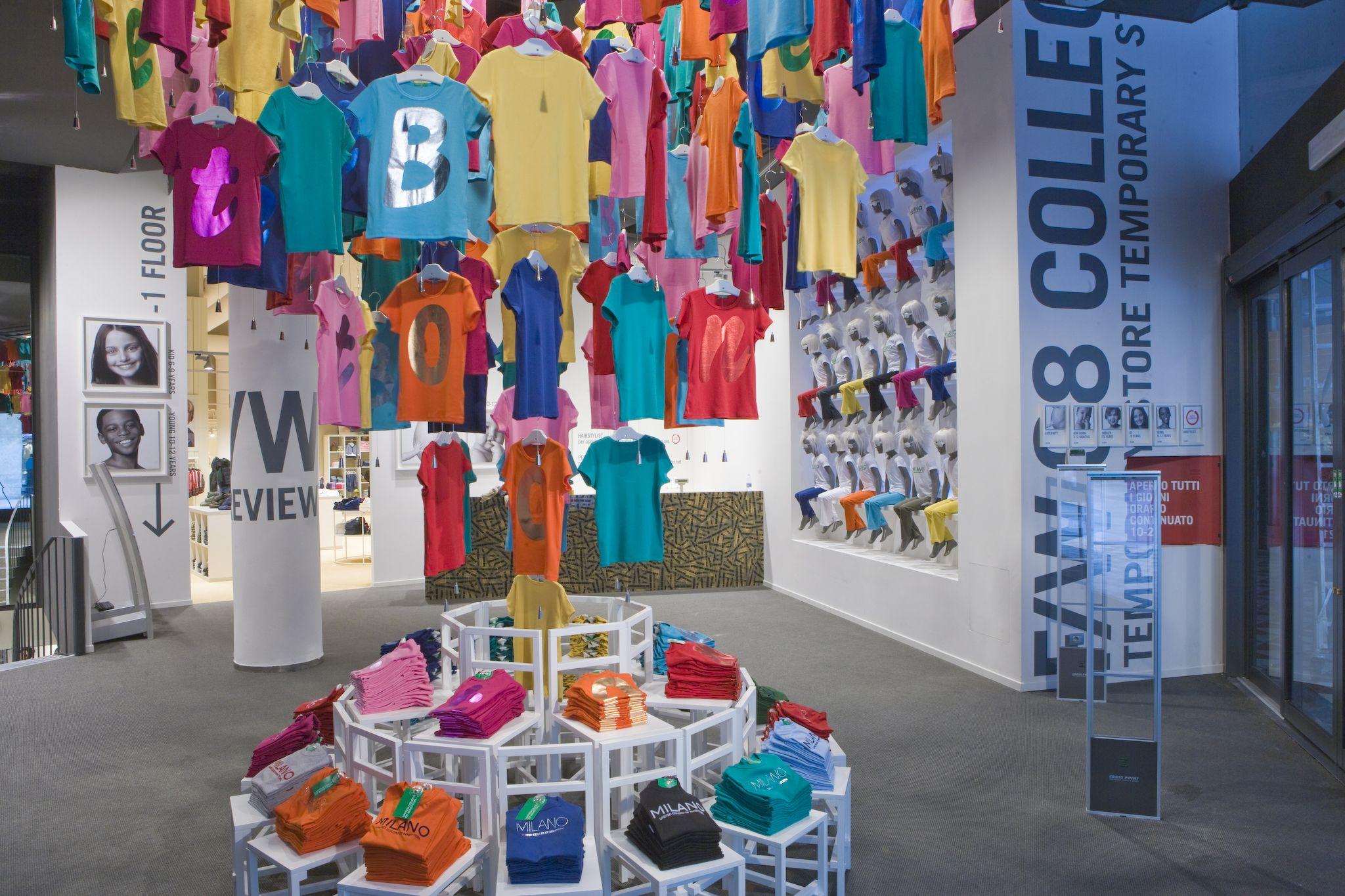unique store color display | The Benetton temporary store ...