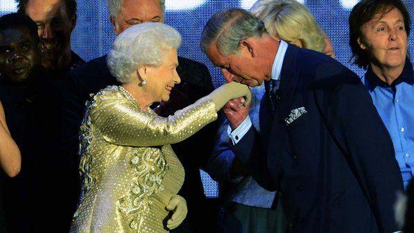 Príncipe Charles beija a mão da rainha Elizabeth II durante show de comemoração do Jubileu de Diamante