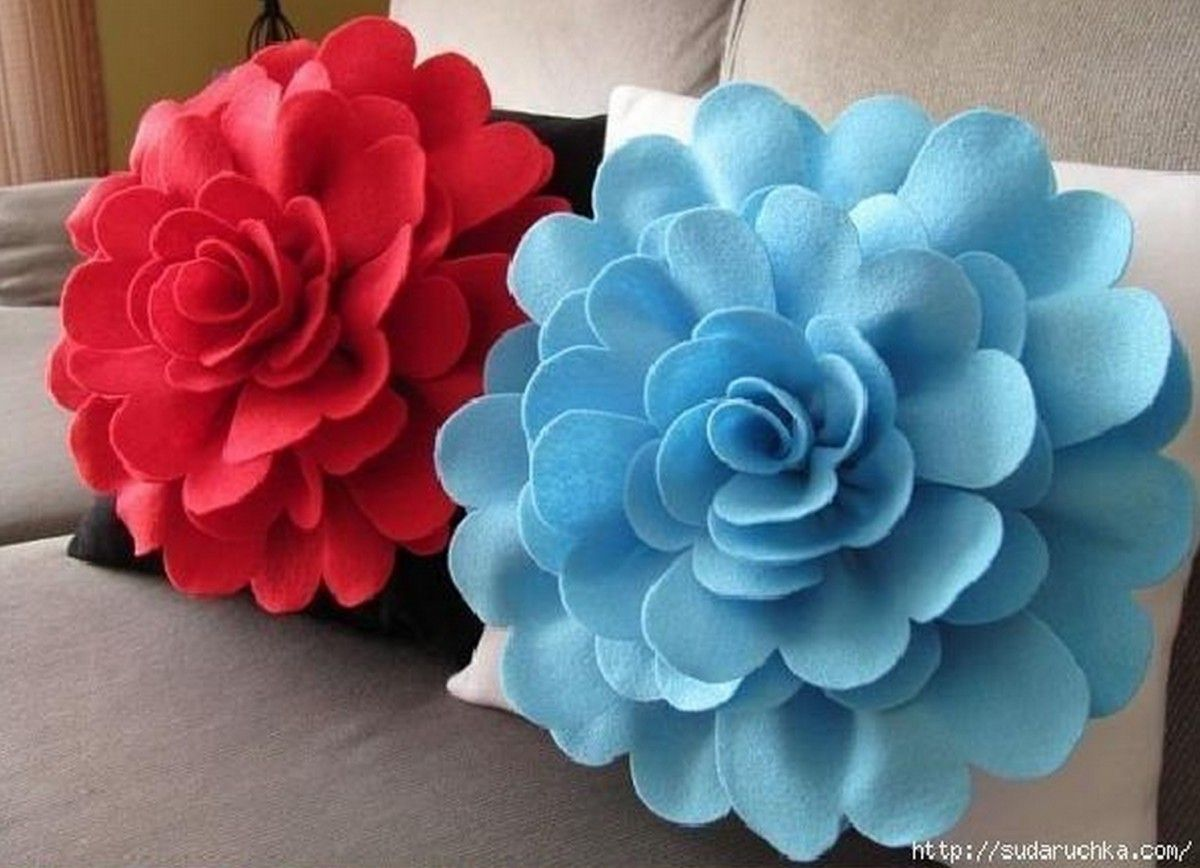 Felt flower pillows are so easy to make diy felt flower pillows