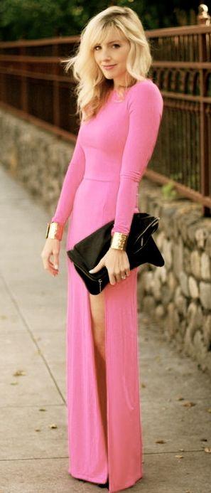 Langes, rosanes Kleid mit hohem Schlitz. Durch die Clutch wirkt das Outfit selbstbewusst und macht die Farbe erwachsener.