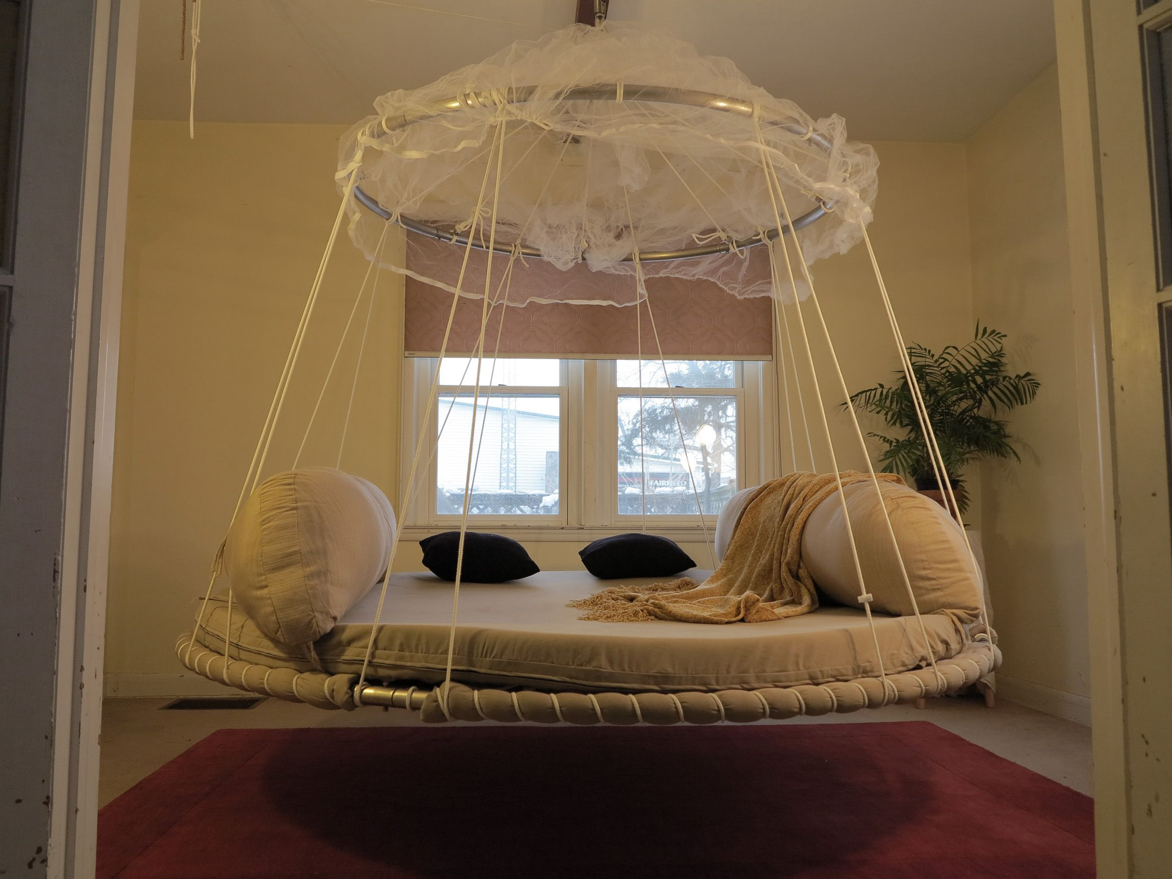 Round hanging daybed floating bed dream bedroom decor for Hanging circle bed