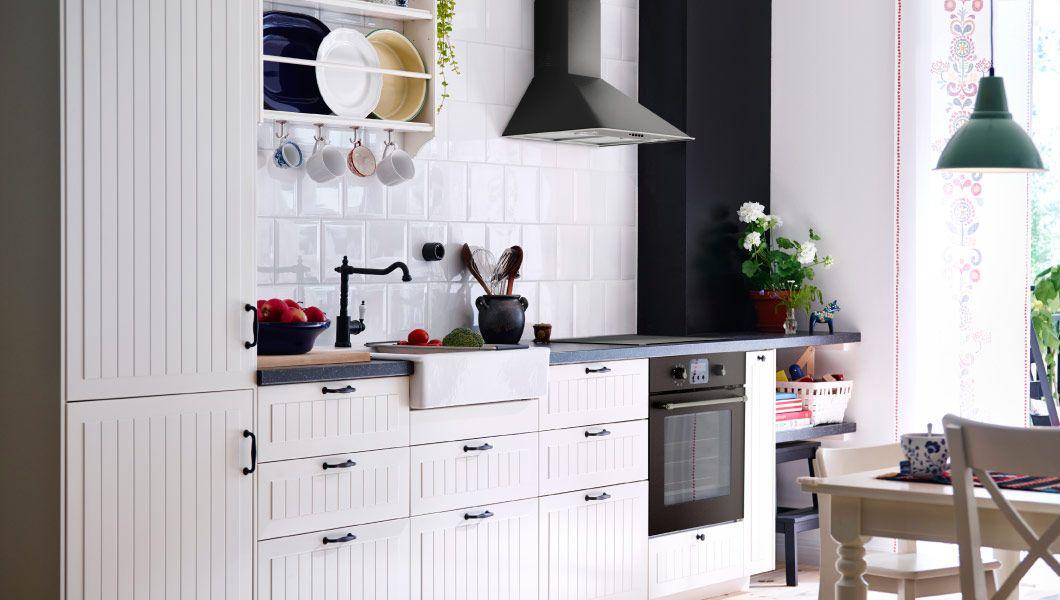 Traditionelle, Einzeilige Küche In Weiss Mit GAMLEBY Fronten Und Dunklen  Arbeitsplatten IkEA