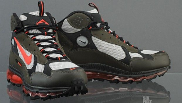 The winter months are approaching fast and Nike is helping you gear up for those rough weather months with the Nike Air Max Terra Sertig. Water-resistant uppers and toe overlays grant you a little more leverage when it comes to the great outdoors. Black leather and mesh are responsible for the construction and both Nike Air and Air Max Units providing the necessary cushion for those long days