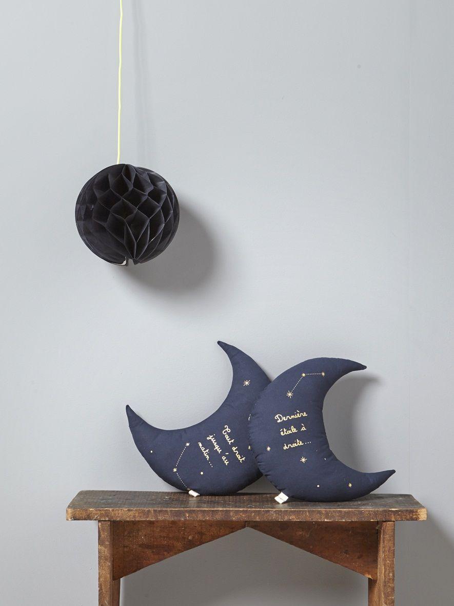 objet de d co c leste et original dans la chambre de b b le coussin lune est une belle id e. Black Bedroom Furniture Sets. Home Design Ideas