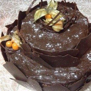Bolo de chocolate, recheio de brigadeiro gourmet noir, calda de frutas amarelas.