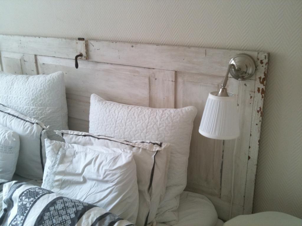 sänglampa på sänggavel Dörr som sänggavel Sovrum Pinterest Sänggavel och Sovrum