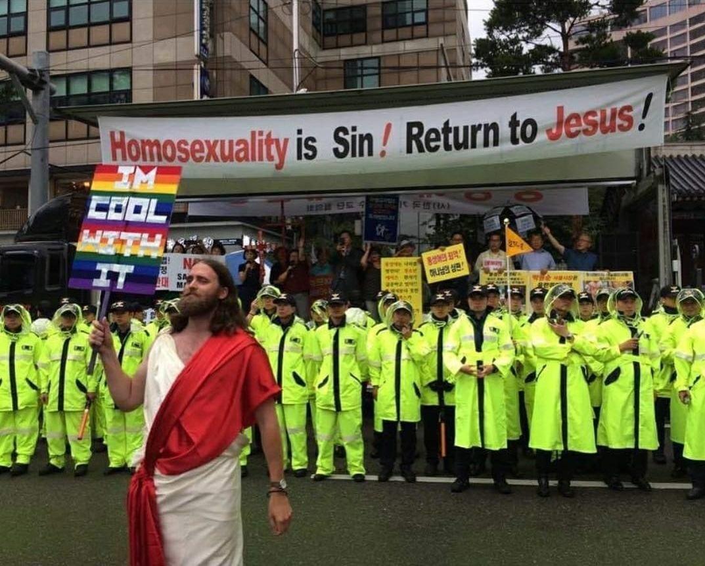 <p><span>Irgendwann reicht es auch mal und Jesus selbst muss sich einschalten. Der Sohn Gottes findet Homosexualität doof, sagen die Demonstranten. Stimmt nicht, sagt Jesus. (Foto: Reddit)</span> </p>