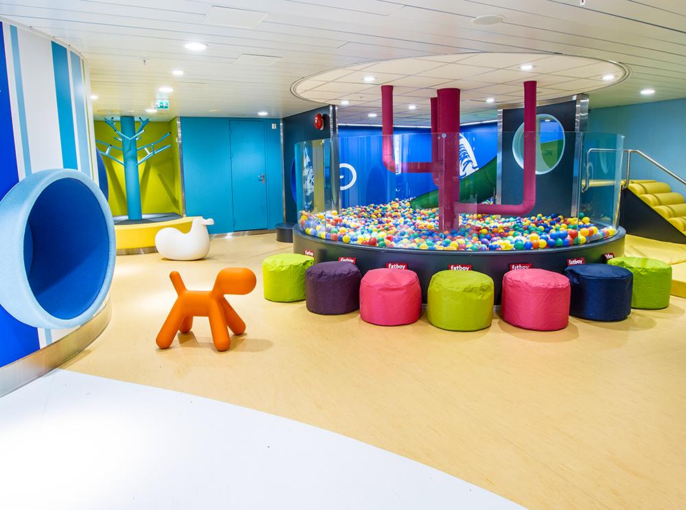 Silja Land -leikkimaailma on lasten valtakunta, jossa lapset voivat taituroida kiipeilypuussa, löhöillä Harri Hylkeen pesässä, maalata seinään, rakentaa Legoilla ja pomppia pallomeressä sydämensä kyllyydestä, Silja Symphony/Silja Serenade.