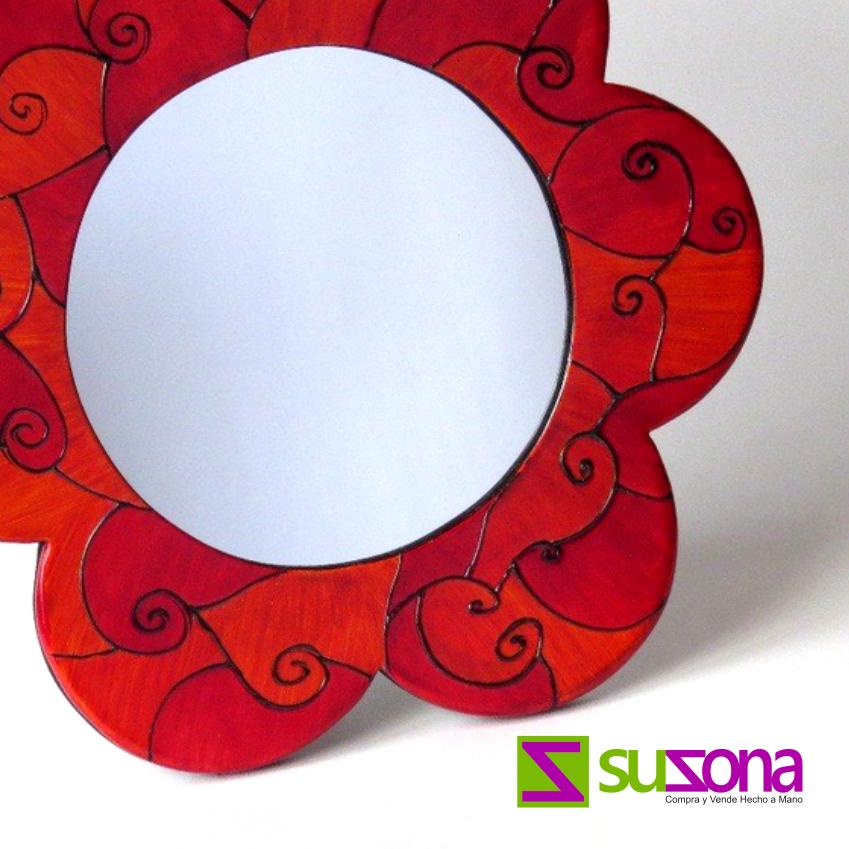 #Espejo de tocador en madera en forma de flor elaborado 100% a mano. Cómpralo online en SUZONA.com.
