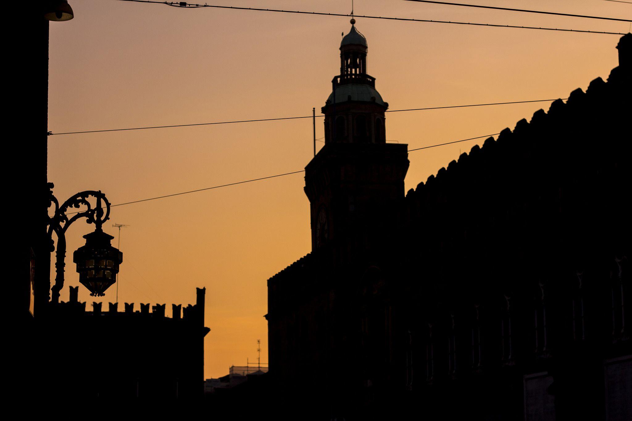 Nel 2011 abbiamo fatto una concreta campagna per far conoscere, valorizzare e restaurare il lampione monumentale più importante di Bologna. Ci siamo riusciti: http://www.archilovers.com/projects/38663/ideazione-e-realizzazione-restauro-lampione-d-angolo-di-palazzo-re-enzo-bologna-valorizzazione-opera-d-arte.html#info https://www.facebook.com/Illampionedibologna - PROGETTO E DIREZIONE DEI LAVORI: Arch. Francisco Giordano