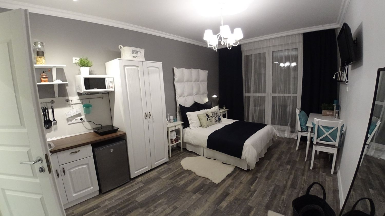 Студия № 2 - IKEA FAMILY  Огромные синие подушки на кровати сшиты из остатков синих штор ИКЕА, купленных в отделе уцененных товаров. Синяя полоска на кровати - из этой же ткани. Подушки на кровати с зонтиком и оленем - из китая.  Изголовье кровати сшито самостоятельно с большими муками. Но второй раз будет шить проще. Использован большой кусок плотной белой ткани из икеи и 16 самых маленьких подушек - КРОКРИС. Успела их купить по 35 руб штука. Изголовье висит на палке, легко снимается.