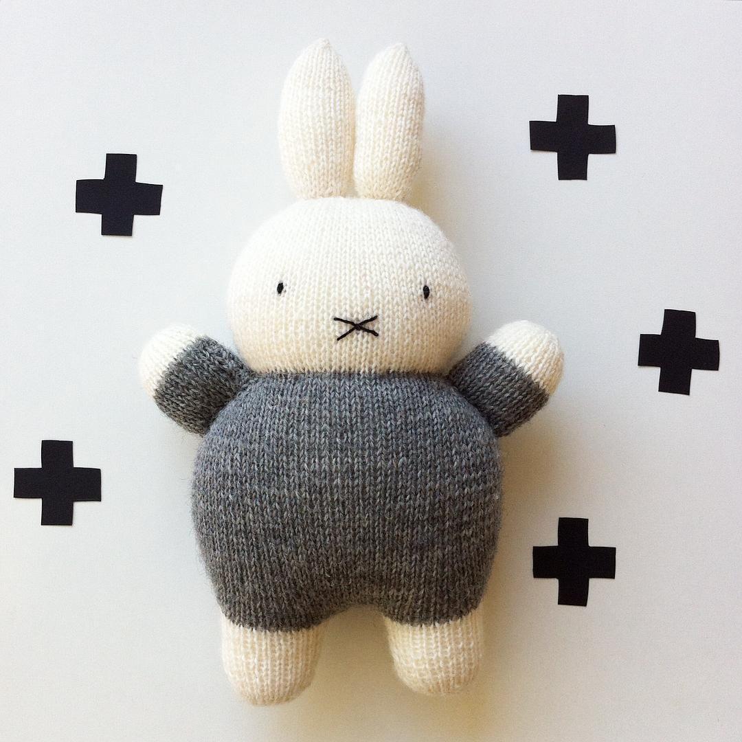 Und, wäre die was für dich, liebe @callicarlchen ? #gestricktmitliebe #knittedwithlove #miffy #miffylove #nijntje #instaknitter #knitting #knittedtoys #knittingaddict #kidsinspo #strickenmachtglücklich #stricken #grauingrau #frau_apfelkern