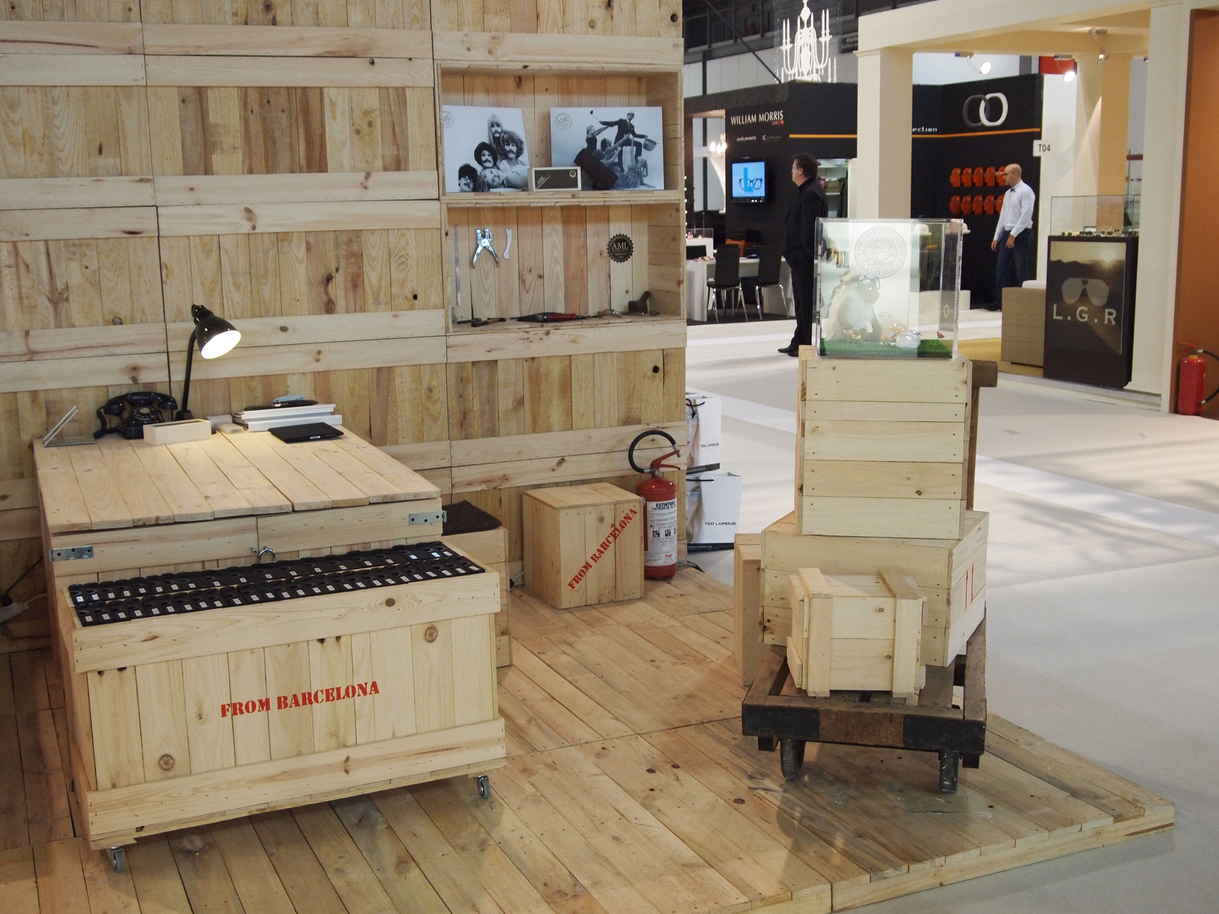 Stand para ferias hecho con cajas de madera embalajes de - Decoracion con palets ...