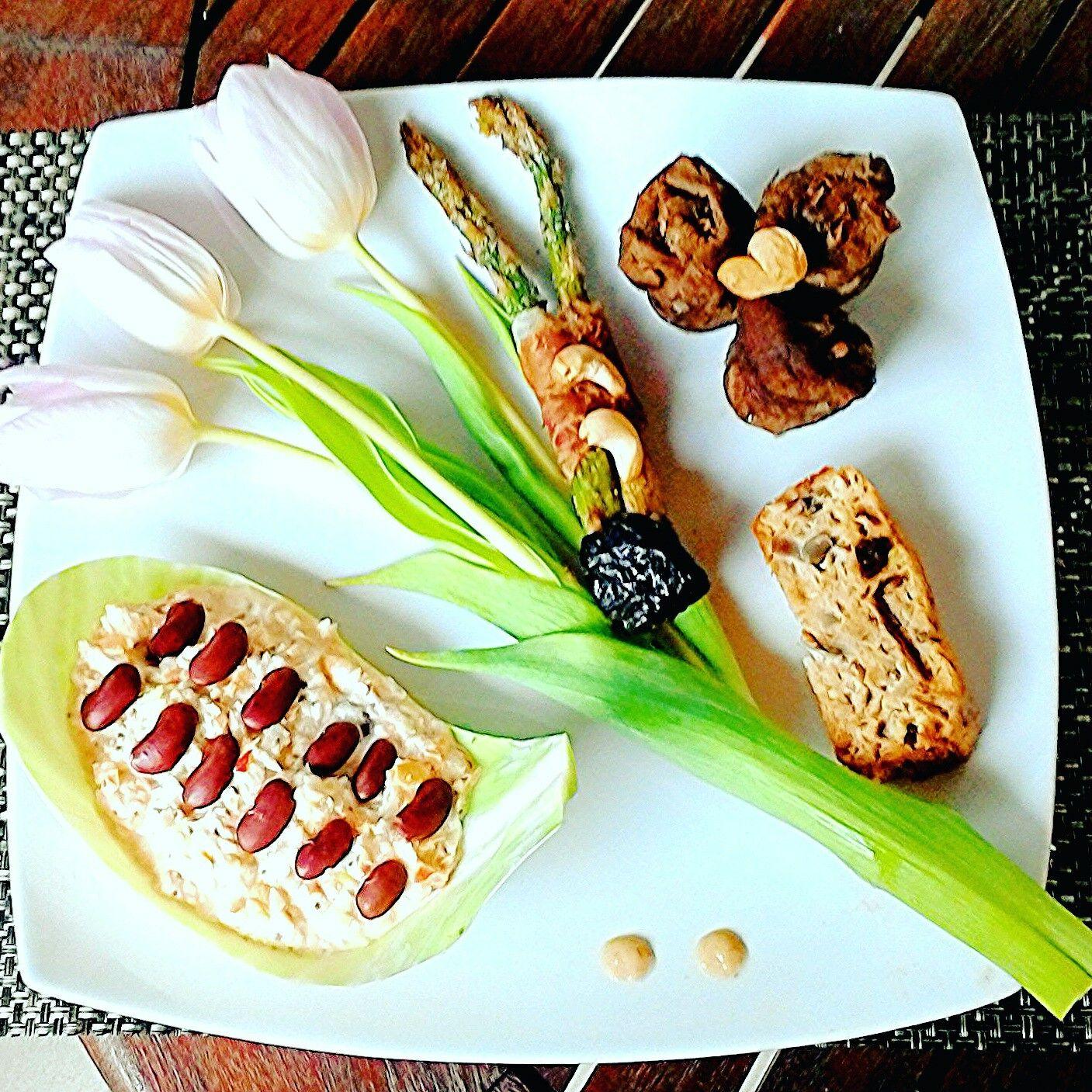 """Hovädzie roládky plnené slivkami podávané s gratinovanou špargľou, pečeným tuniakovým nákypom a šalátom """"makoslaw"""""""