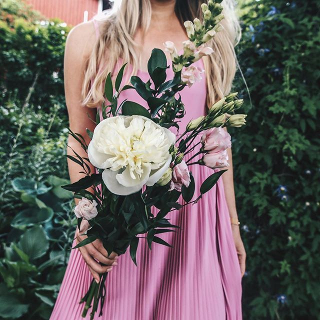 Nothing like a good dose of peonies and people 💗 #moreontheblog #bouquet #gardenparty    http://www.jossecret.com/rainy-day-thoughts/