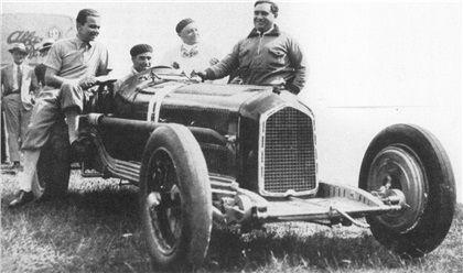 Caracciola (left), Nuvolari (at wheel), Campari (right) - Alfa Romeo P3