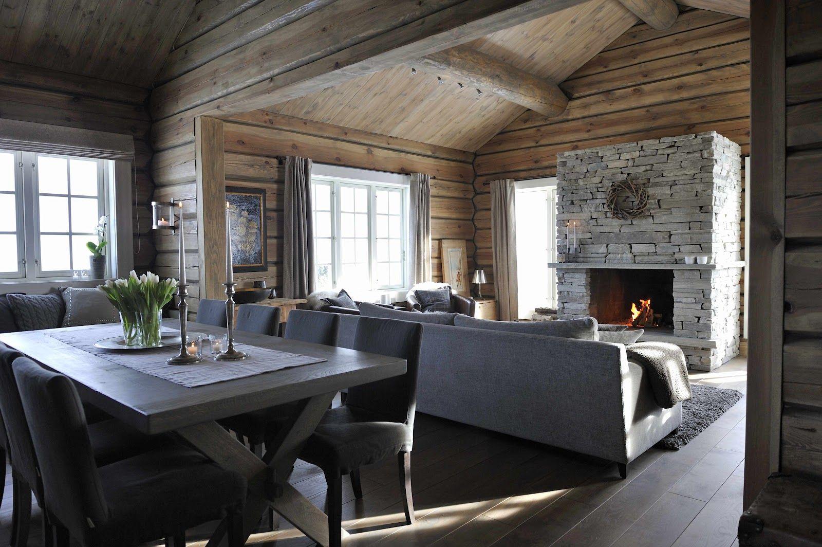 STORSTUE. Denne stuen krever store møbler. Ved spisebordet