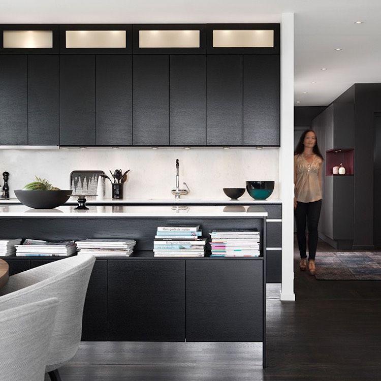 Sockelblende für Küche -spiegel-schwarze-fronten-weisse ...