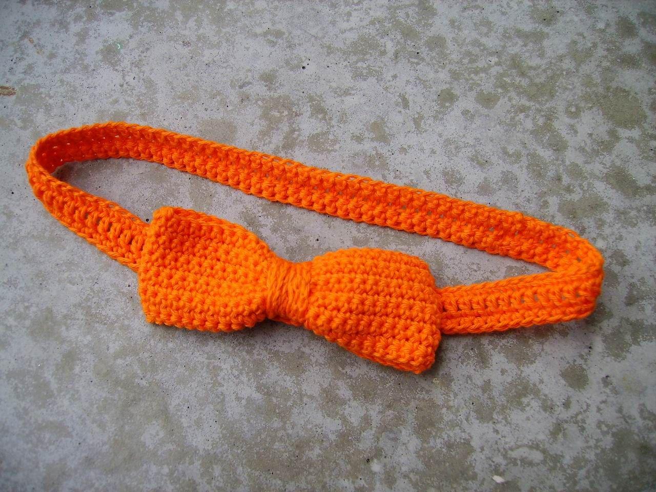 Haarband met strik. Gevonden op : http://maarnietvangrijs.blogspot.nl/2012/04/tutorial-oranje-haarband-koninginnedag.html Pattern is in Dutch only.