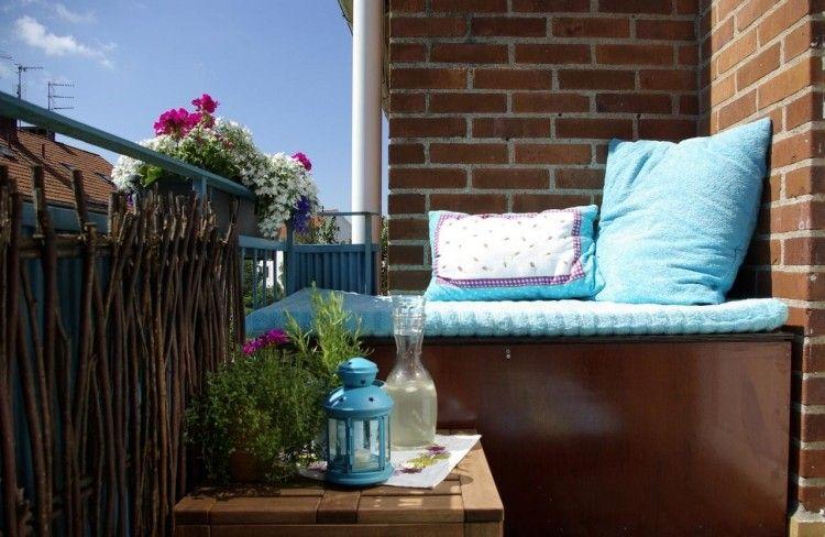 Sichtschutz Aus Zweigen, Sitzecke Und Kleiner Beistelltisch ... 25 Balkongestaltung Ideen Gemutliche Sitzecke Arrangieren
