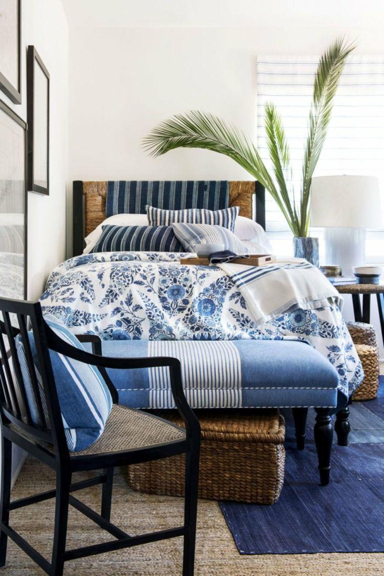 Gemütliches Bett Im Landhaus Schlafbereich Mit Weiß Blauen Textilien