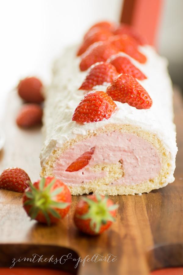 Biskuit-Rolle mit Erdbeeren und Frischkäse-Sahne