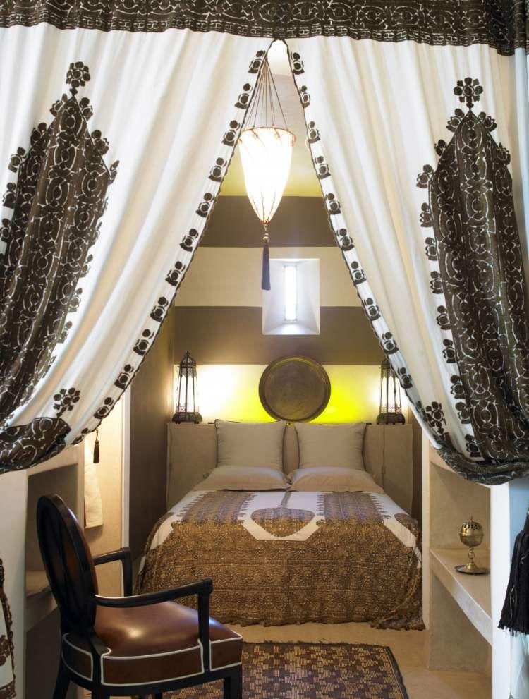 Schlafzimmer in Braun mit Vorhängen und Bettwäsche mit arabischen - schlafzimmer einrichten braun
