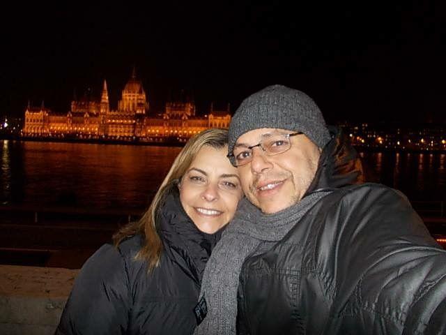O parlamento iluminando a cidade.