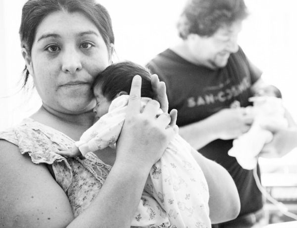Foto de mamá cargando a niño prematuro
