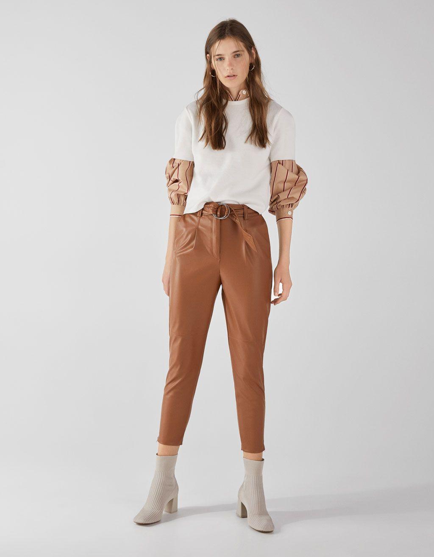 Pantalon Carrot Fit Efecto Piel Pantalon Carrot Fit Efecto Piel Con Cinturon Y Hebilla Metalica Cremalleras Metalicas En El Bajo Khaki Pants Pants Fashion
