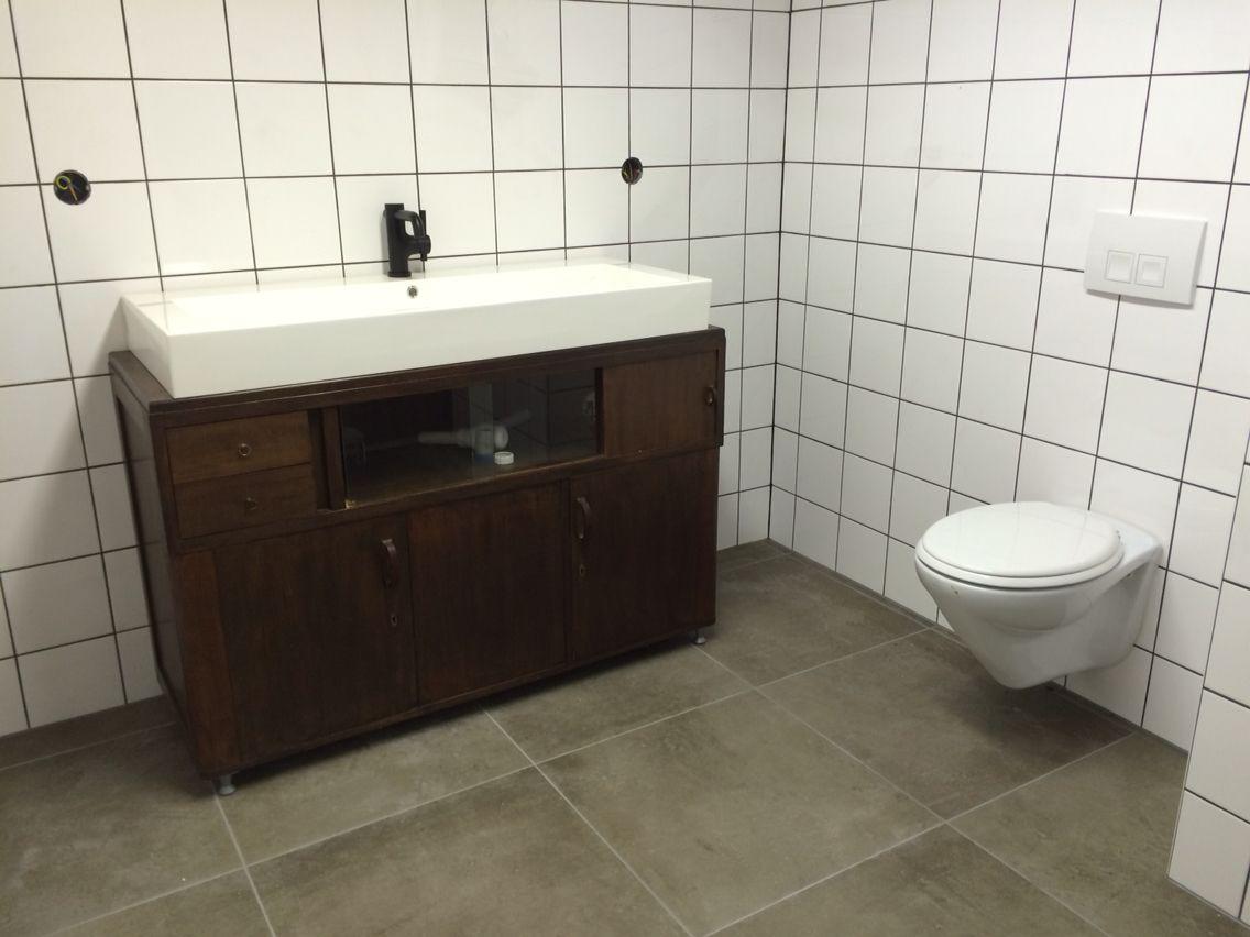 Van oud dressoir naar badkamermeubel! Met witte tegels en zwarte ...