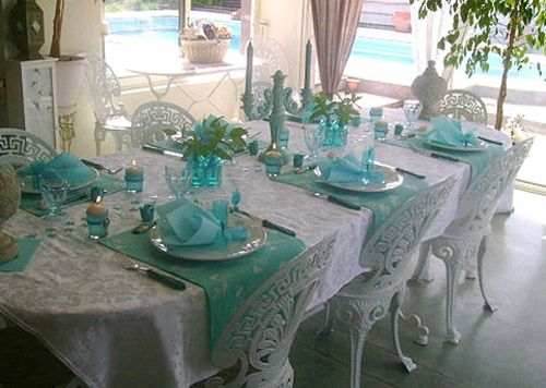 Table Decoration with Flowers and Feathers in White and Turquoise ...