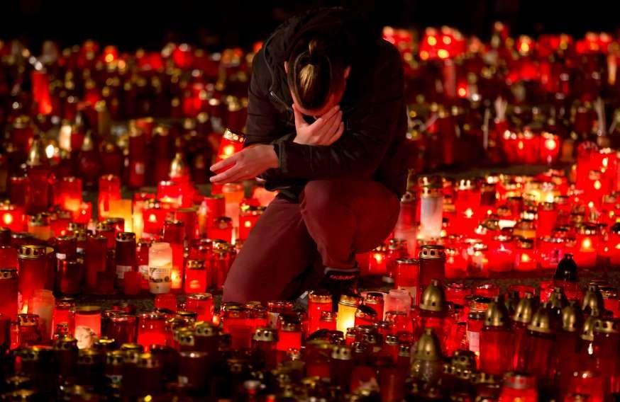 Bij de nachtclub Colectiv worden ter nagedachtenis van de slachtoffers kaarsen gebrand.