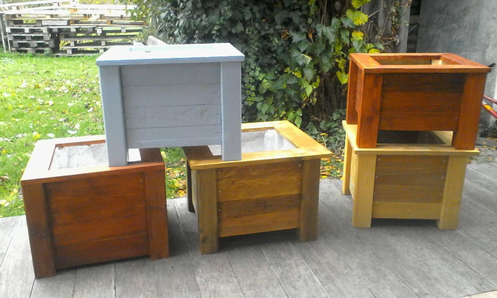 Jardinières en bois recyclé, différentes taille et couleurs.