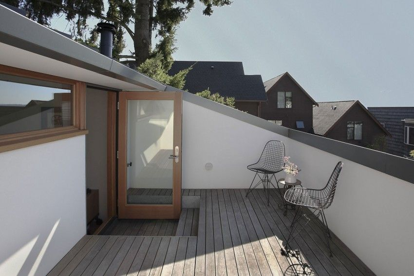 斜め天井の上に広がる青空 開放的溢れるバルコニー ハウスデザイン
