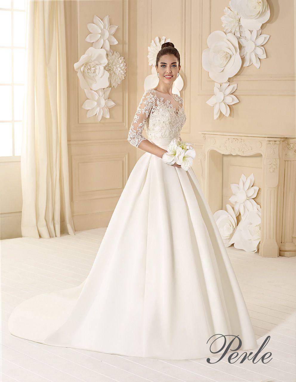 b64c12854261 Raffinato abito da sposa stile principessa di raso douchesse. Corpino di  pizzo ricamato con scollo a barca e maniche lunghe.