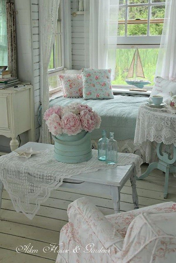 Shabby chic nook in the living room decoraciones de for Shabby living room