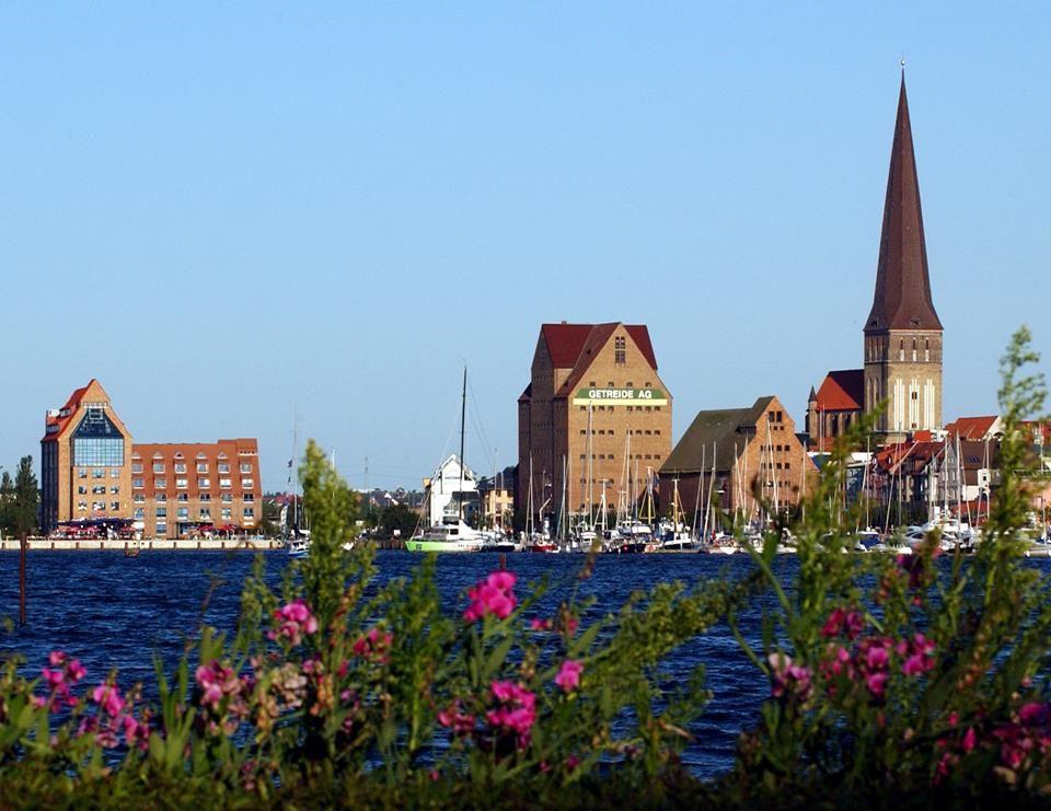 #HOTELS #SWD #GREEN2STAY Radisson Blu Hotel, Rostock ROSTOCK: Maritimes Flair gepaart mit hanseatischer Architektur, zahlreichen Ausflugsmöglichkeiten und vielen Shoppingangeboten.  Unsere Hansestadt ist ein echtes Erlebnis für Kultur- und Städtefans. Besuchen Sie den größten Zoo an der deutschen Ostseeküste, die wunderschöne Marienkirche mit ihrer einzigartigen astronomischen Uhr oder machen Sie eine Hafenrundfahrt direkt vom Stadthafen bis nach Warnemünde. Lassen Sie sich inspirieren!