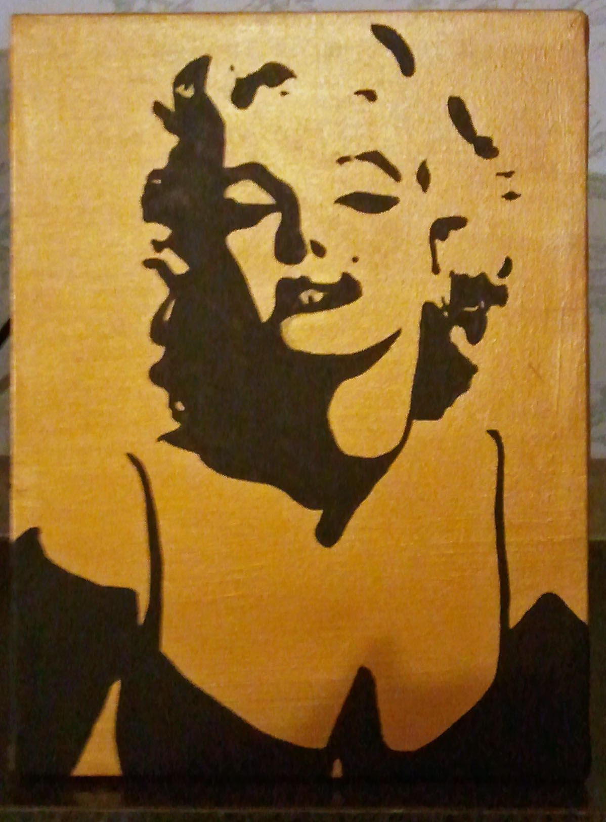 Marilyn Monroe silhouette on metallic gold background ศิลปะ