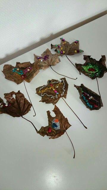 Efterårs hygge. Tør blade, store som små, og pynt dem med glimmer lim og diverse palietter. Hæng dem evt op i en snor og lad dem pynte i et vindue.