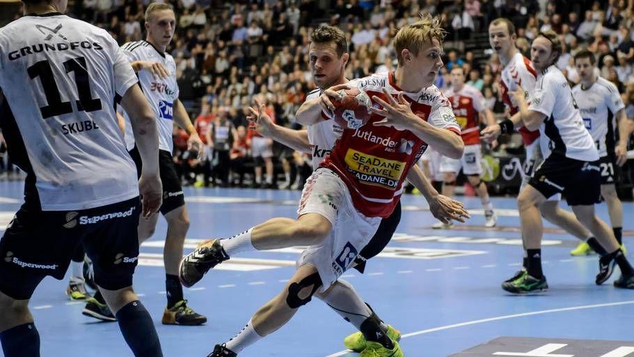 Buster Juul smutter forbi Michael V. Knudsen til afslutning i DM-semifinalen. (Foto: René Schütze)