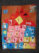 * Huis van Hans en Grietje! Vouw 16 vierkantjes van 4 kleuren vouwpapier en knip alle vierkantjes uit. Leg de vierkantjes zoals het voorbeeld neer op het grote vel papier. Ter versiering plak je de snoepjes op het huisje.