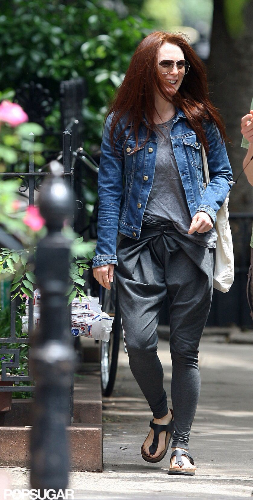 Julianne Moore Mum Fashion Travel Outfit Street Style