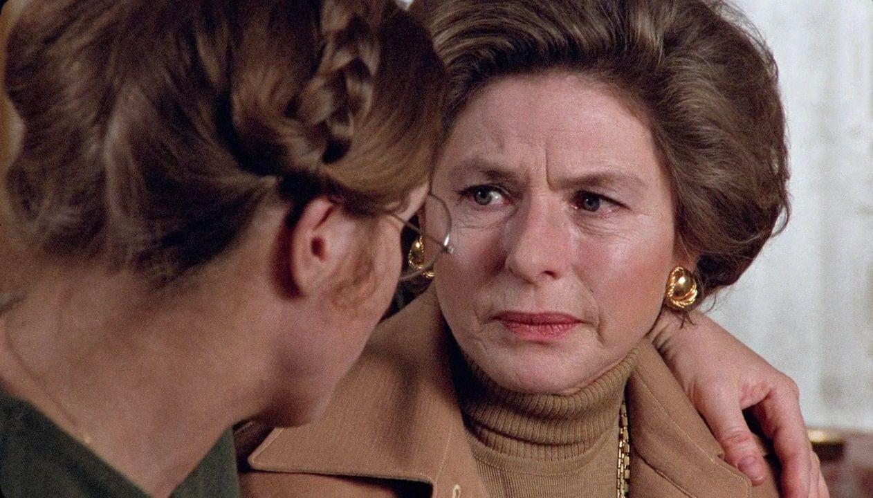 Höstsonaten / Autumn Sonata (1978) Bergman'dan anne-kız ilişkisine dair uzun yıllar akıllardan çıkmayacak, ismine yaraşır bir sonat. Ingrid Bergman'ın sondan ikinci filmi, son filminin TV filmi olduğu akla gelecek olursa, sinemadaki son arz-ı endamı; bu bakımdan önemli. Dominant karakterli, başarılı bir kariyere sahip piyanisti canlandırıyor kendisi, Ullman da içine kapanık kızını. İkilinin deyim yerindeyse kılıçları çektiği sahnenin başarısı, yönetmenin ustalığını kanıtlar türden.