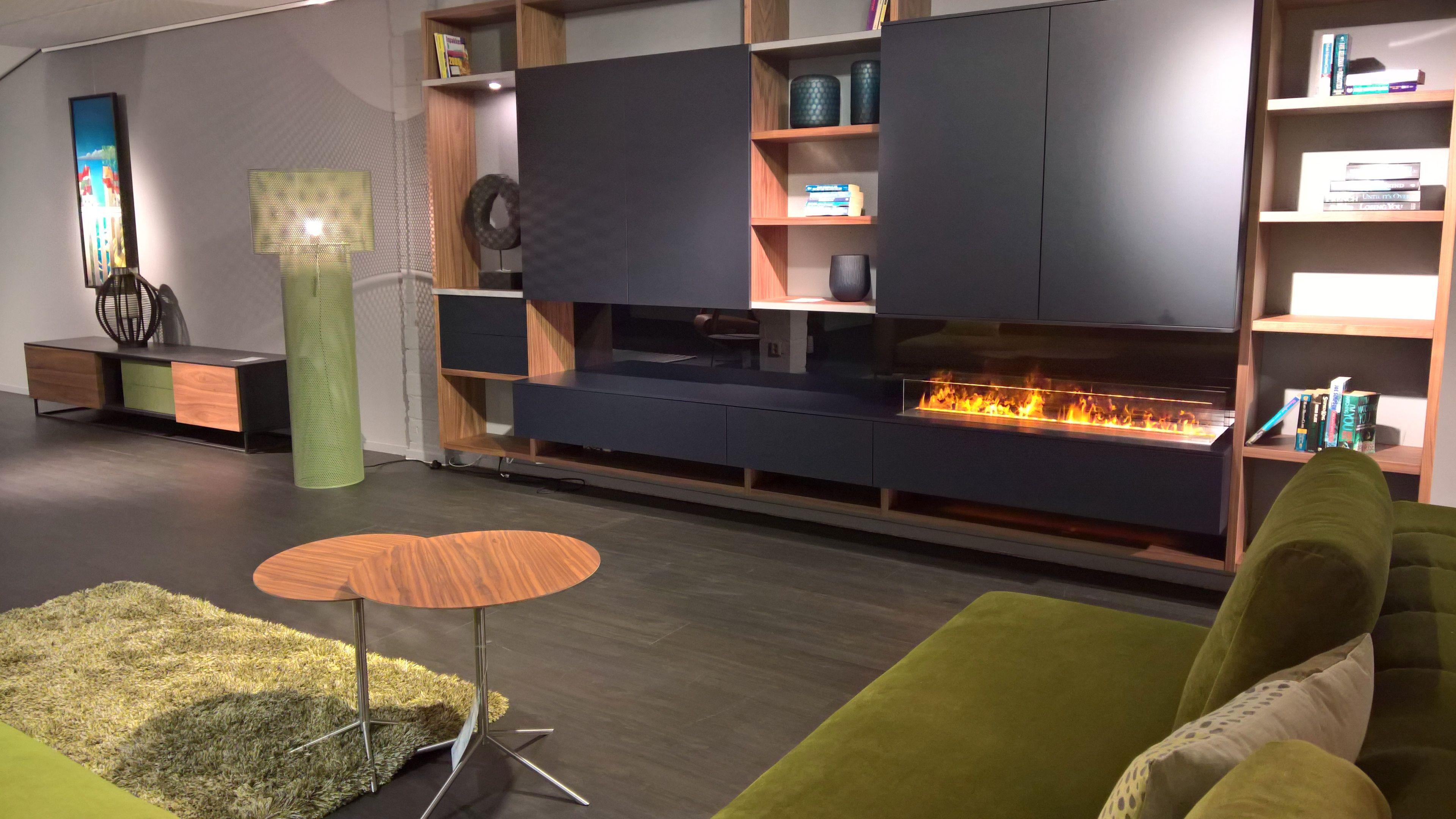 Elegant kastenwand interstar in notenhout met donkerblauw for Compleet interieur woonkamer