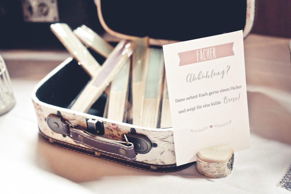 Fächer für eine Abkühlung bei der Hochzeit. Foto: Viktor Schwenk ...