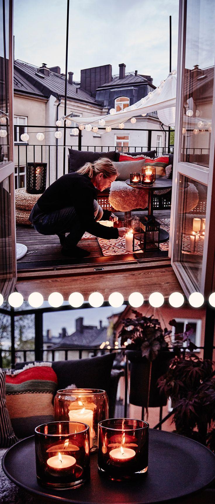 Wenn die Sonne untergeht, erhellen Sie Ihren Balkon mit Kerzen, Laternen und Fe … - Dekoration Ideen #balconylighting