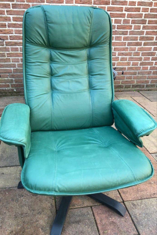 Deze stoel was zwart en helemaal kaal. Theo deed diverse workshops bij ons en durft nu echt alles aan! Hij koos voor kleur en nu is deze stoel weer als nieuw! #AmsterdamGreen #AnnieSloan #krijtverf #Chalkpaint #metamorfose